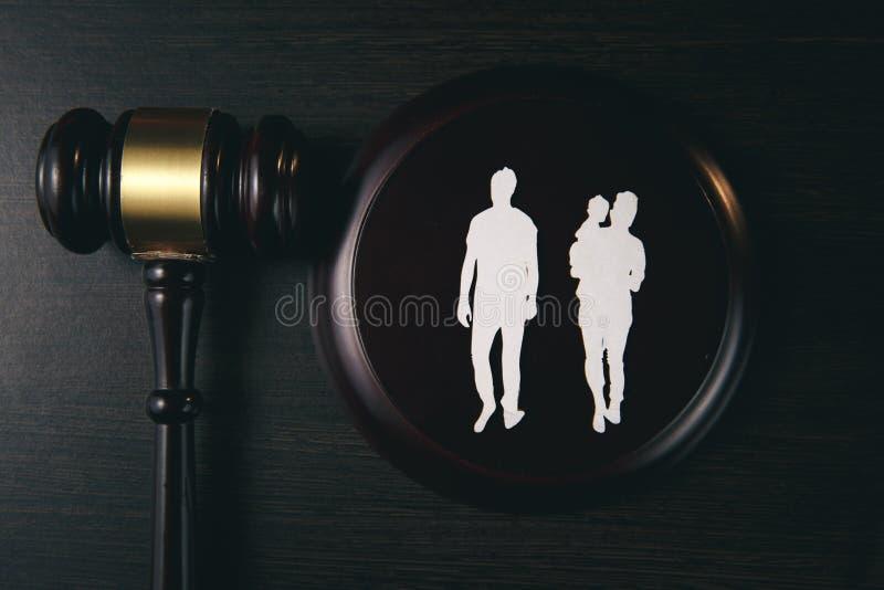Familienzahl und -hammer auf Tabelle Familienrecht lizenzfreies stockbild