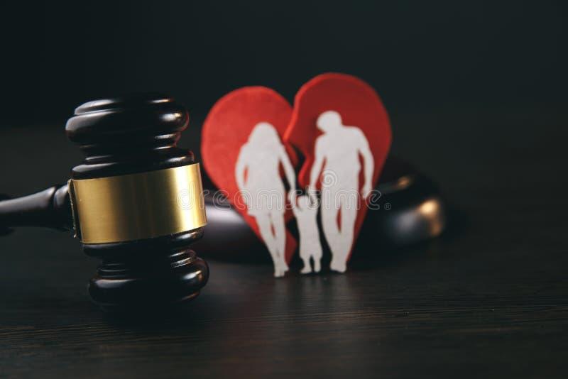 Familienzahl und -hammer auf Tabelle Familienrecht stockfotos