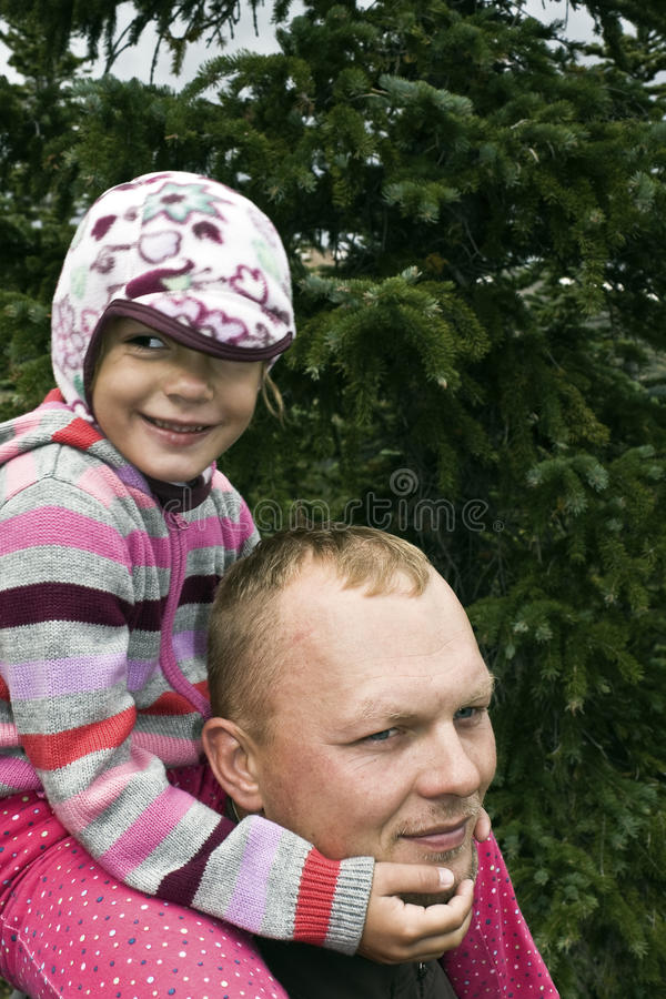 Familienzeit in den felsigen Bergen lizenzfreie stockbilder