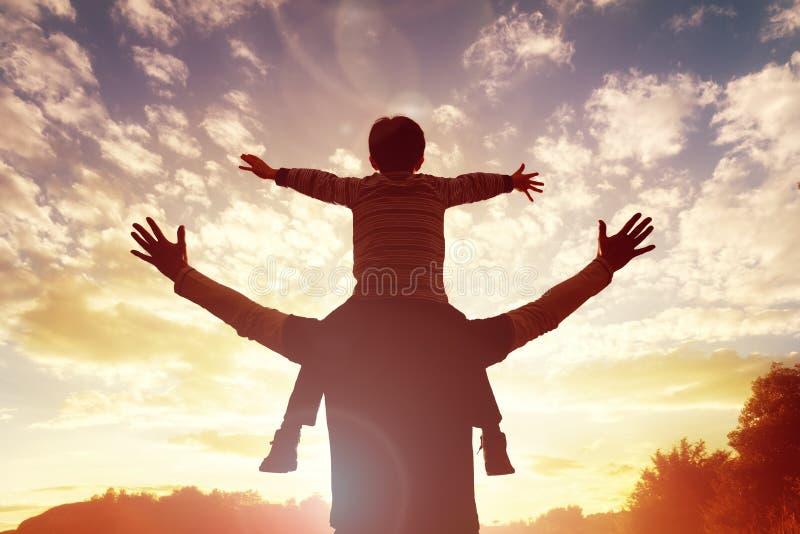 Familienzeitvater und -sohn passen den Sonnenuntergang auf stockfotos