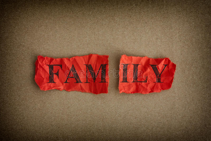 Familienzusammenbruch Zerrissenes Blatt Papier mit der Wort Familie lizenzfreies stockfoto