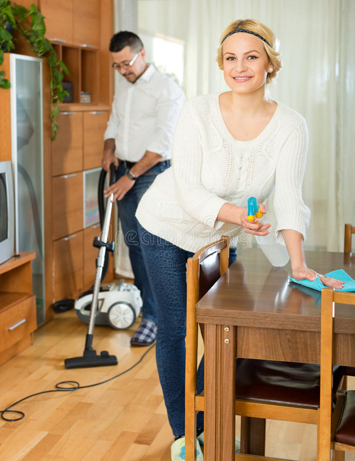 Familiepaar die thuis schoonmaken stock foto's