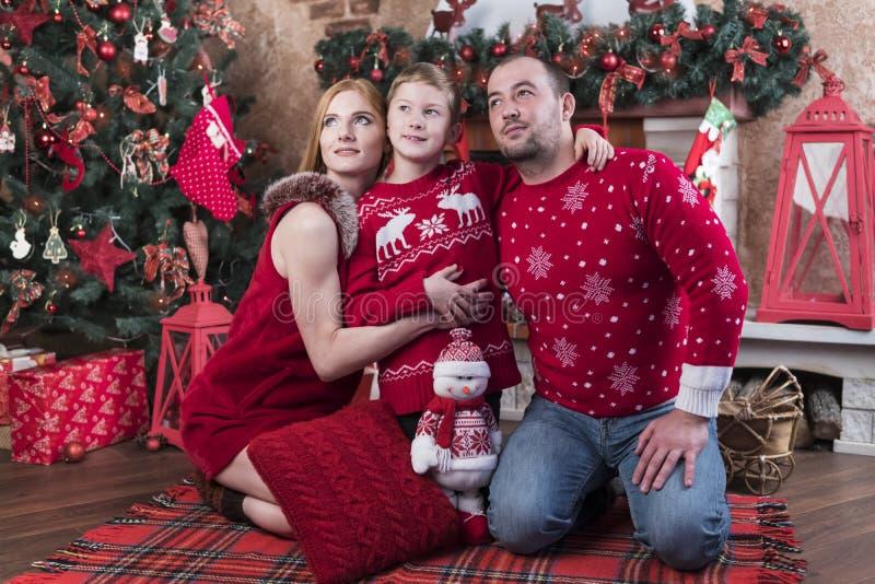 Familieportret bij Kerstboom royalty-vrije stock fotografie