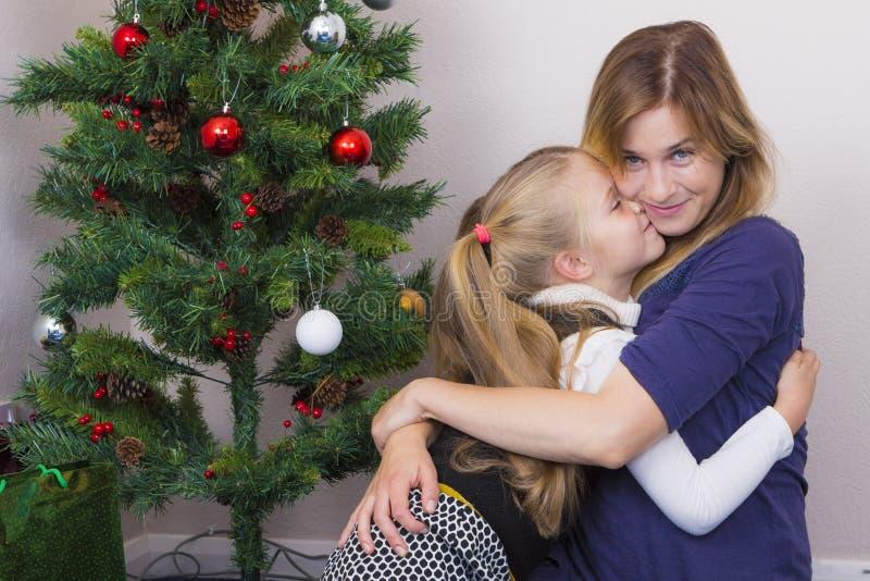 Familieportret dichtbij Nieuwjaarboom royalty-vrije stock foto