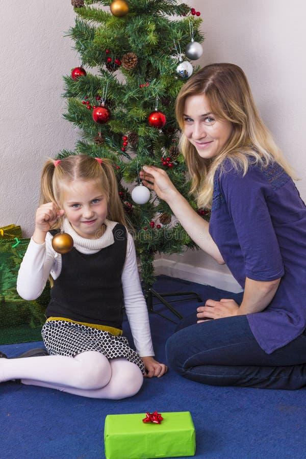 Familieportret dichtbij Nieuwjaarboom royalty-vrije stock foto's