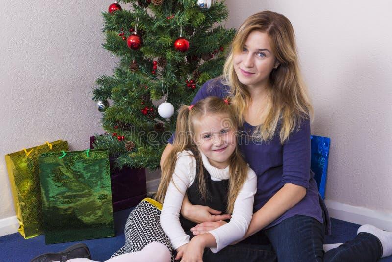 Familieportret dichtbij Nieuwjaarboom stock fotografie