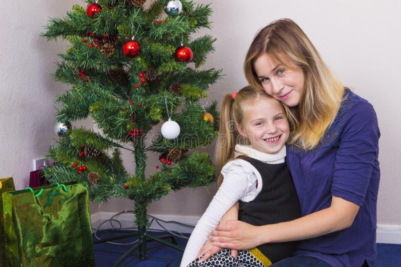 Familieportret dichtbij Nieuwjaarboom royalty-vrije stock afbeelding