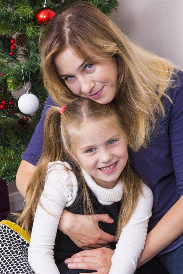 Familieportret dichtbij Nieuwjaarboom stock foto's