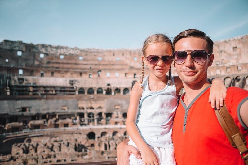 Familieportret op beroemde plaatsen in Europa royalty-vrije stock foto's