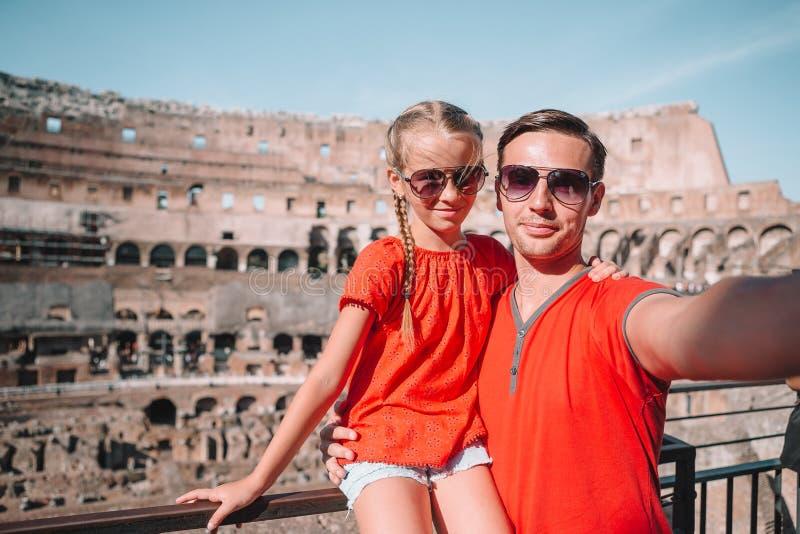 Familieportret op beroemde plaatsen in Europa royalty-vrije stock foto