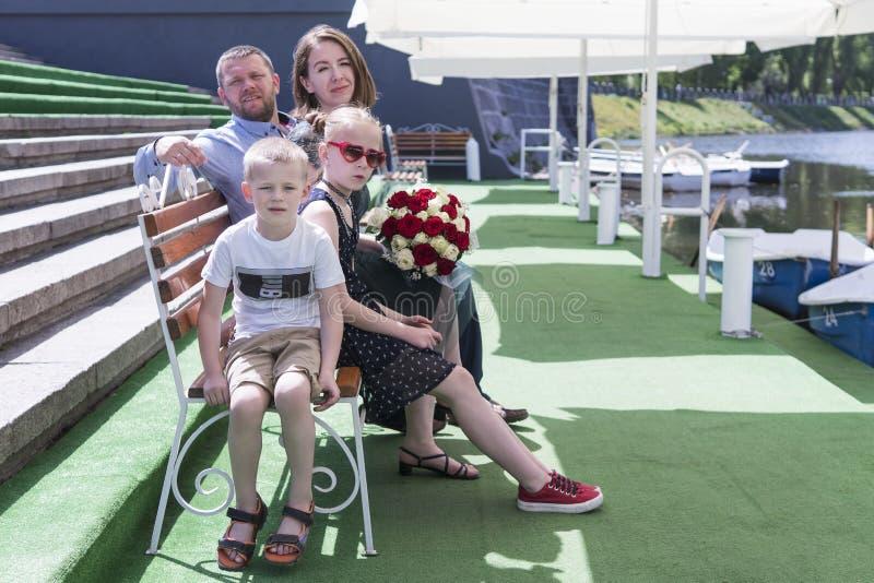 Familieportret op een bootdok stock afbeelding