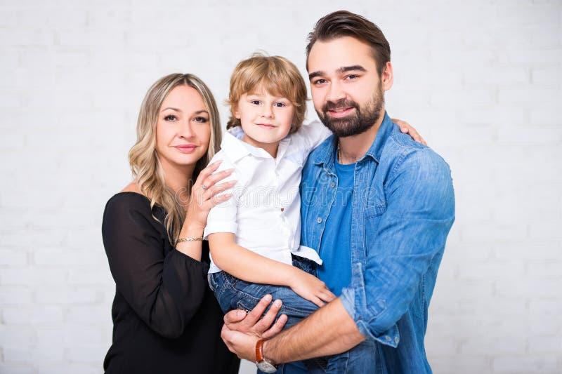 Familieportret - paar en weinig zoon over wit stock afbeeldingen