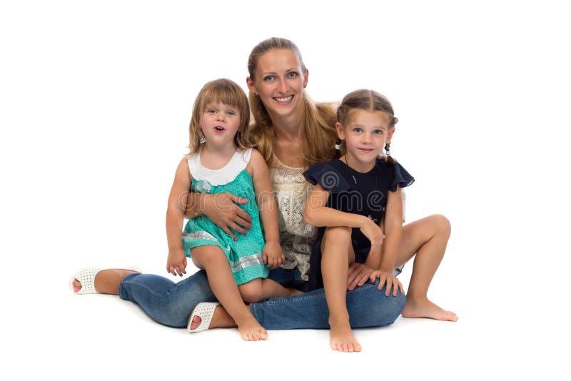 Familieportret van moeder en dochter op een witte achtergrond stock foto's