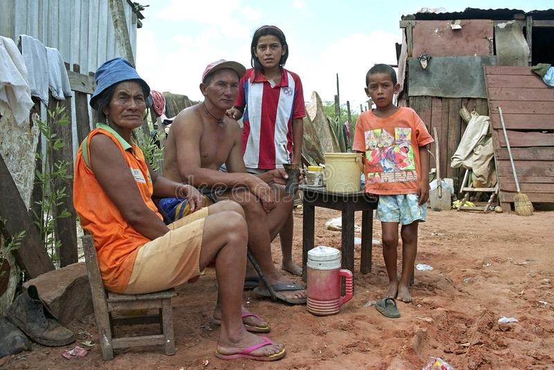 Familieportret van slechte Paraguayanen in een krottenwijk royalty-vrije stock fotografie
