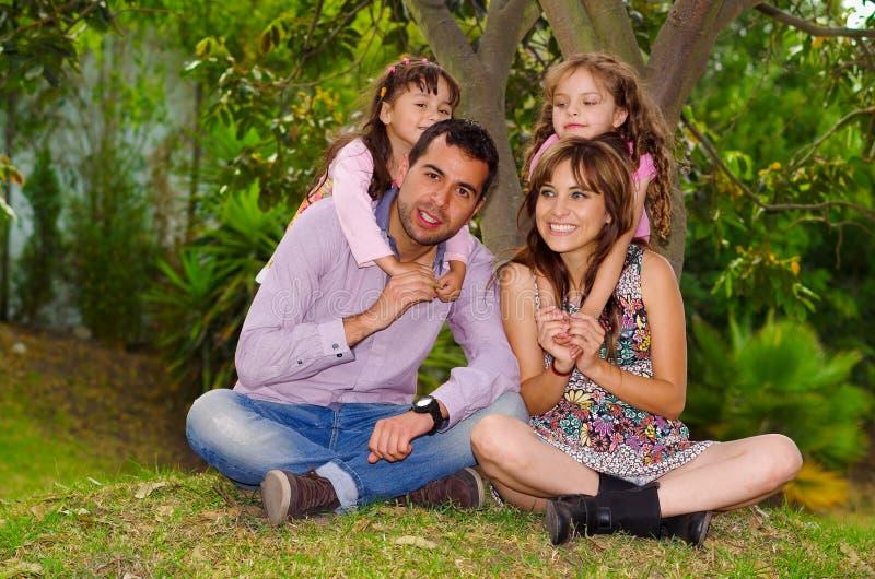 Familieportret van vader, moeder en twee stock afbeeldingen