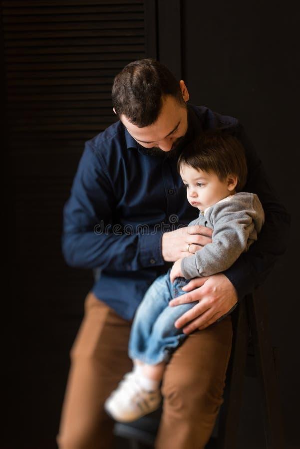 Familieportret van zoon en vader royalty-vrije stock foto