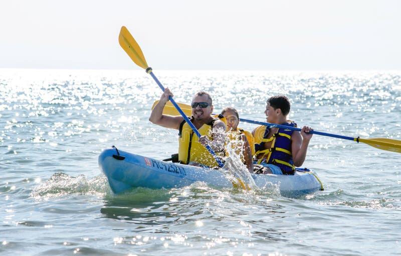 Familiepret in een kano stock afbeeldingen
