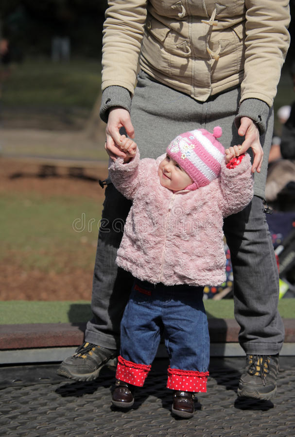 Familiepret op een trampoline royalty-vrije stock foto