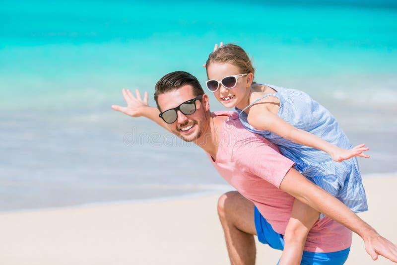 Familiepret op wit zand Glimlachende vader en het aanbiddelijke kind spelen bij zandig strand op een zonnige dag stock foto's