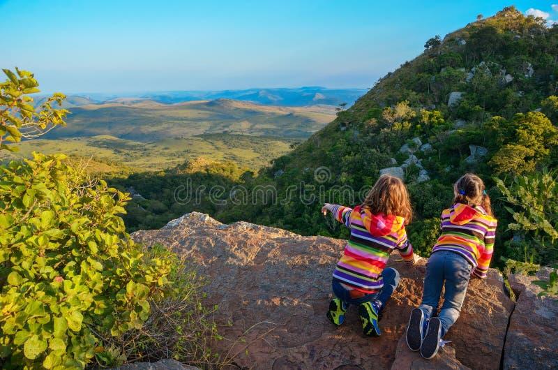 Familiereis met kinderen, jonge geitjes die vanuit berggezichtspunt kijken, vakantievakantie in Zuid-Afrika royalty-vrije stock foto's