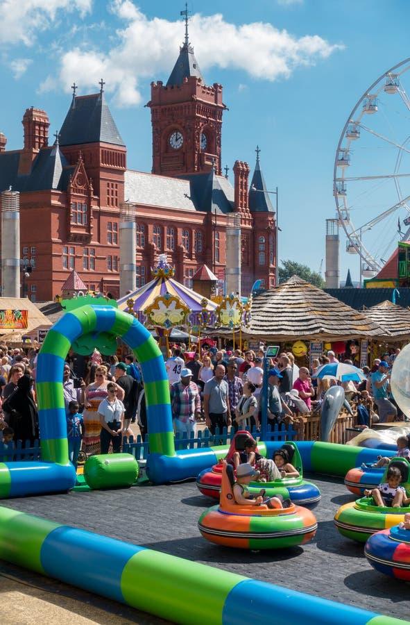 Families die de Haven van Festival genieten van Cardiff stock foto