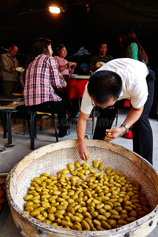 Families die traditionele Chinese cakes of bollen maken