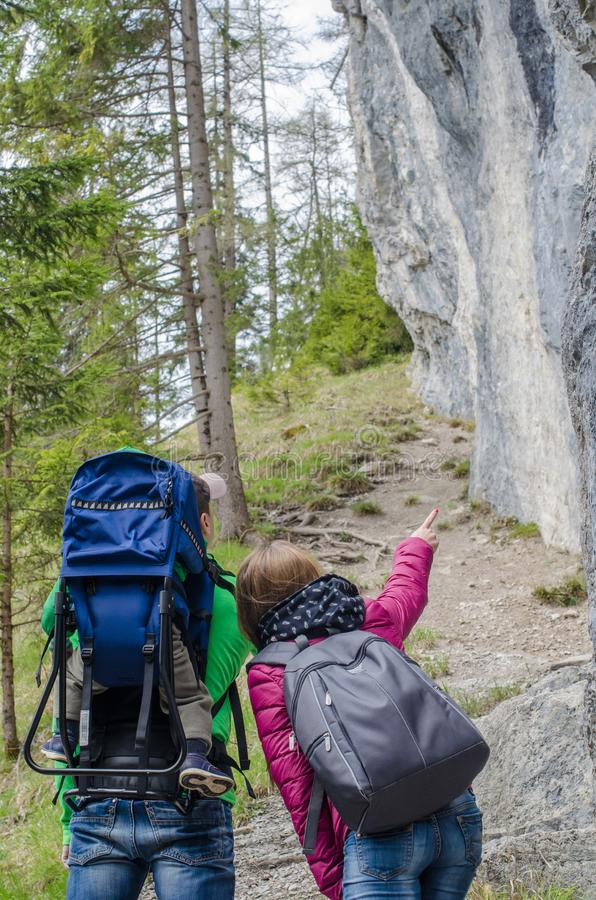 Familiestijging langs de rotsachtige heuvel stock foto's