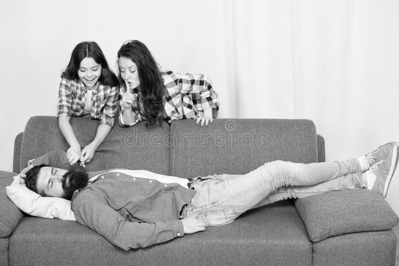 Familiestreek Meisje met de vadersbaard van de moederbesnoeiing Gelukkige Familie thuis de gebaarde mens ontspant op bank Vrouw m stock foto's