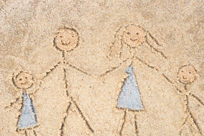 Familietekening in zand stock afbeeldingen