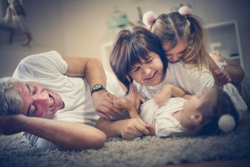 Familietijd De grootouders hebben spel met kleindochters stock foto's