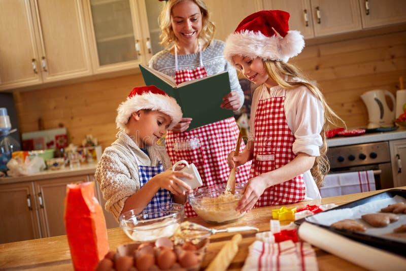 Familietijd die Kerstmiskoekjes voorbereiden stock foto