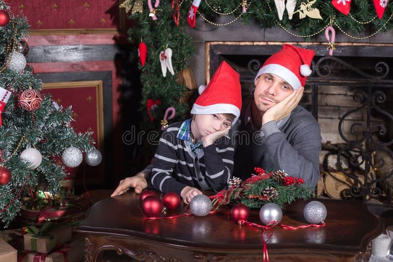 Familievader en zoon droevig op Kerstmisvooravond royalty-vrije stock fotografie