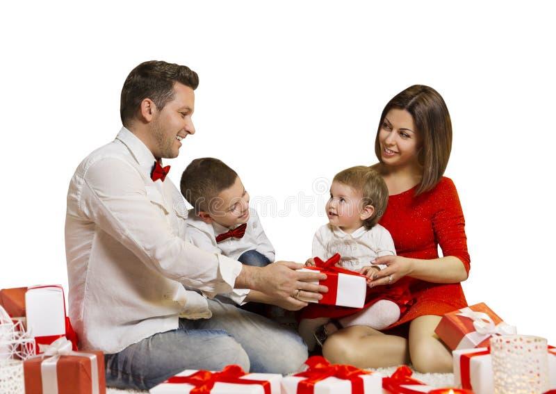 Familievakantie, de Gelukkige Huidige Gift van Vadermother baby opening royalty-vrije stock afbeeldingen