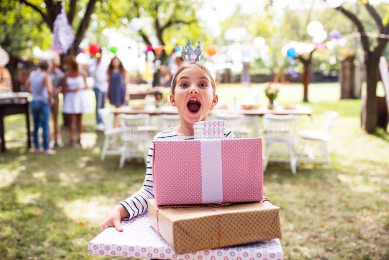Familieviering of een tuinpartij buiten in de binnenplaats royalty-vrije stock foto