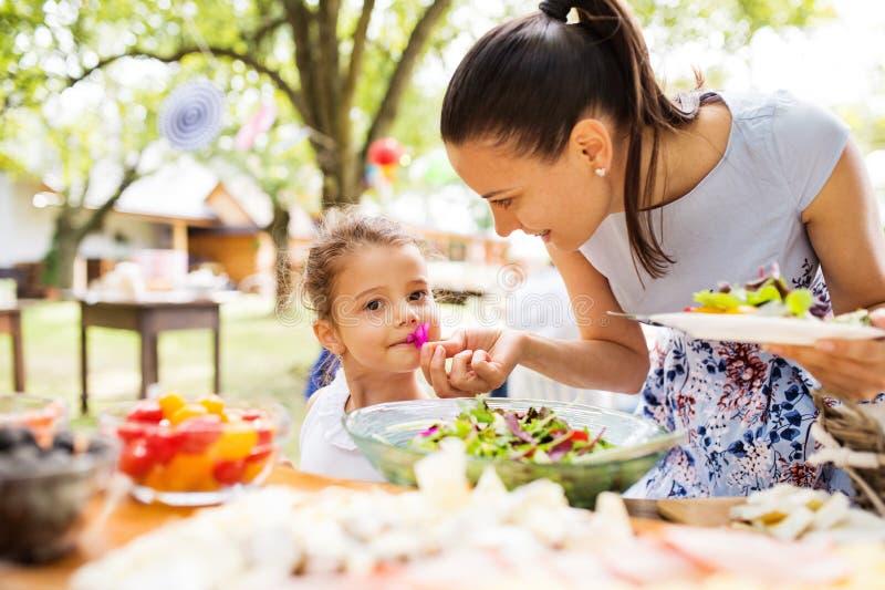 Familieviering of een tuinpartij buiten in de binnenplaats royalty-vrije stock foto's