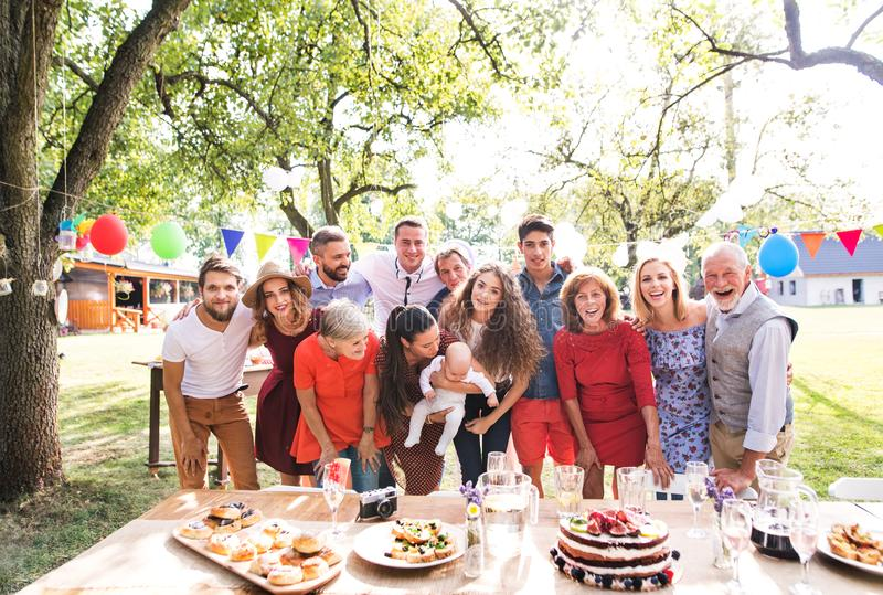 Familieviering of een tuinpartij buiten in de binnenplaats royalty-vrije stock afbeelding