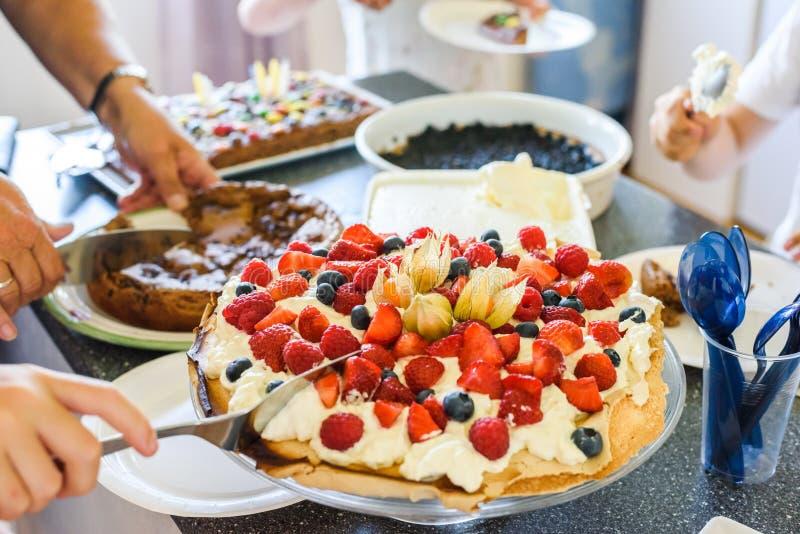 Familieviering met zoete cakes royalty-vrije stock fotografie