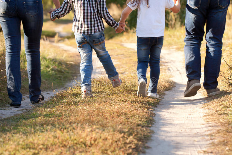 Familievoeten en benen in jeans royalty-vrije stock fotografie