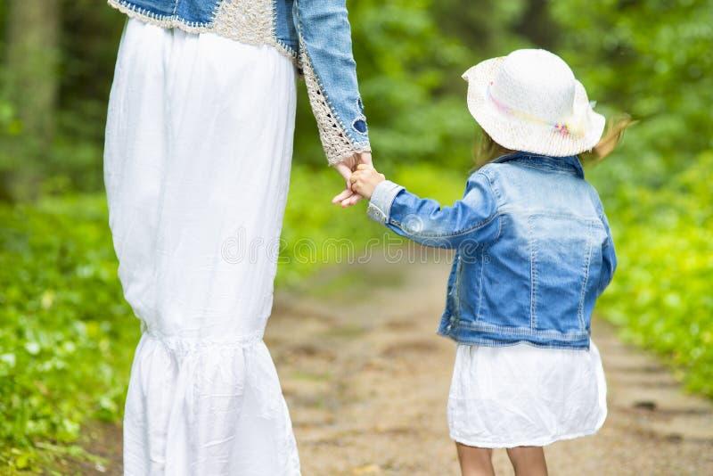Familiewaarden De handen verbonden samen Close-up Moeder en haar kind stock fotografie