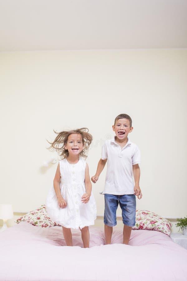 Familiewaarden en verhoudingen Gelukkige Jonge geitjes die binnen spelen stock afbeeldingen