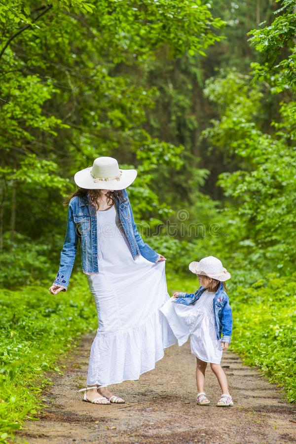 Familiewaarden Moeder en haar Weinig Dochter die een Gang hebben stock foto