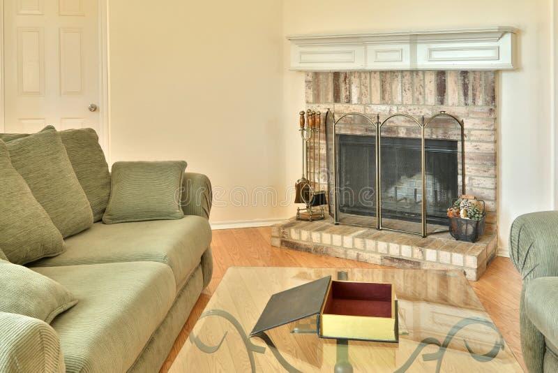 Familiewoonkamer met open haard royalty-vrije stock afbeelding