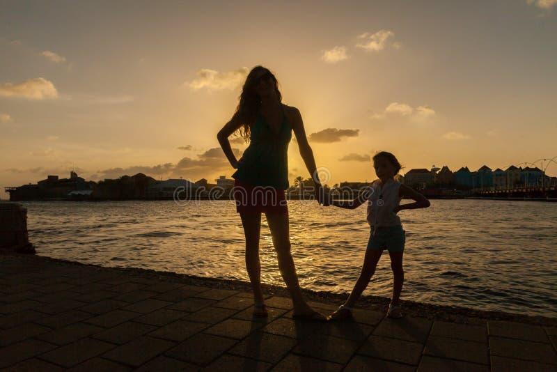 Familiy en la puesta del sol alrededor de Willemstad fotos de archivo