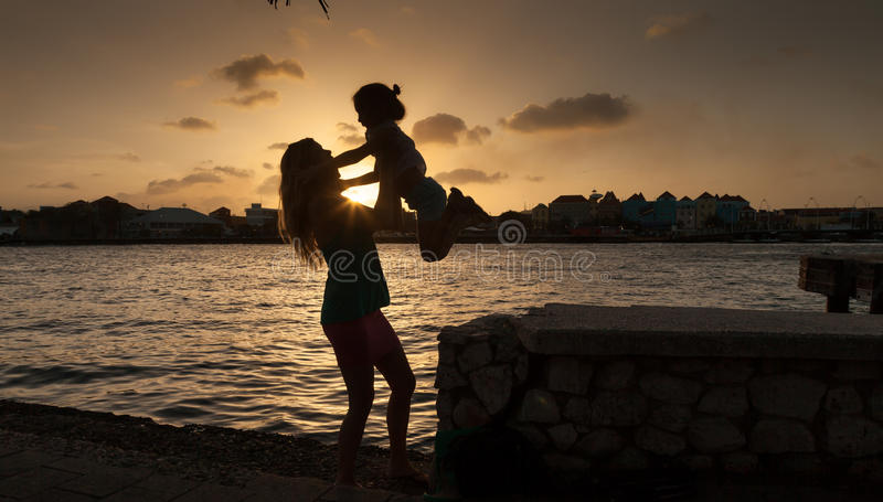 Familiy en la puesta del sol alrededor de Willemstad fotografía de archivo libre de regalías
