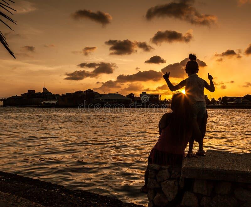 Familiy en la puesta del sol alrededor de Willemstad foto de archivo libre de regalías
