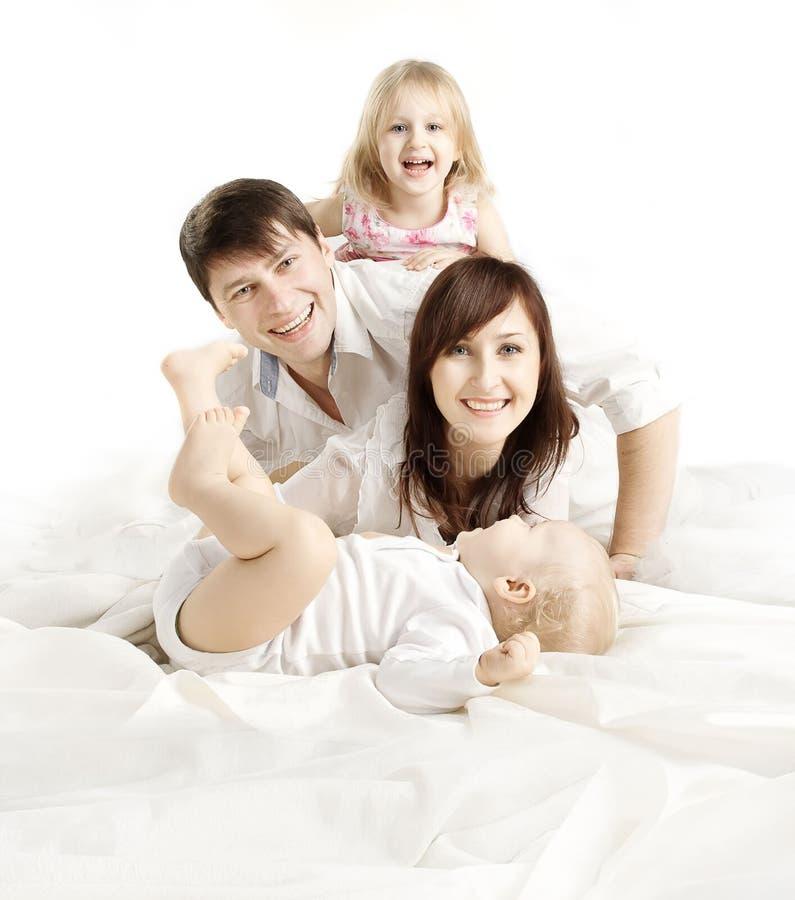 Familj över vit bakgrund, lyckliga föräldrar med barn, Fathe arkivbild