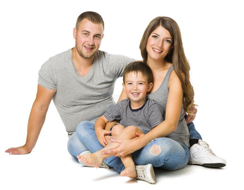 Familj över vit bakgrund, tre personer, föräldrar med barnet arkivfoton
