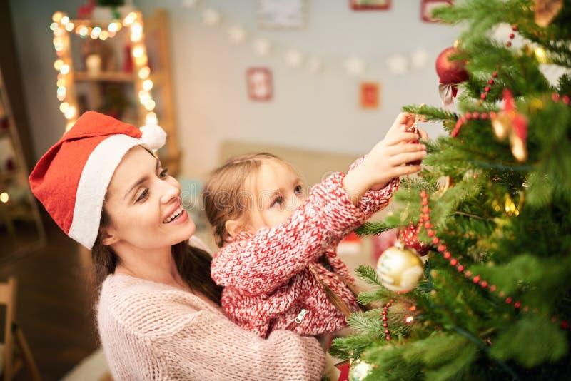 Familj av dekorera julgran två royaltyfri fotografi