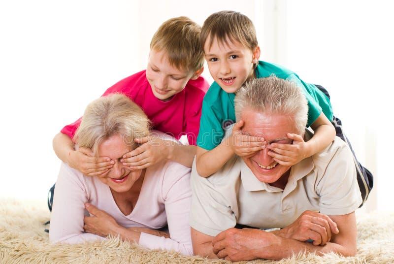 Familj av fyra arkivfoton