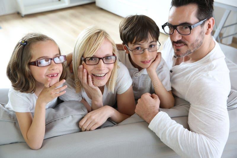 Familj av fyra bärande glasögon arkivfoto